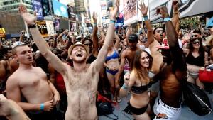 Hunderte in Slip und BH am Times Square