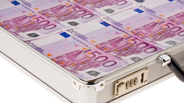 Geldkoffer mit 500-Euroscheinen, Money suitcase with 500 euro bank notes