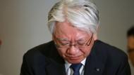 Kobe Steel-Chef Hiroya Kawasaki muss eingestehen, dass der Konzern Daten gefälscht und seine Kunden angelogen hat.