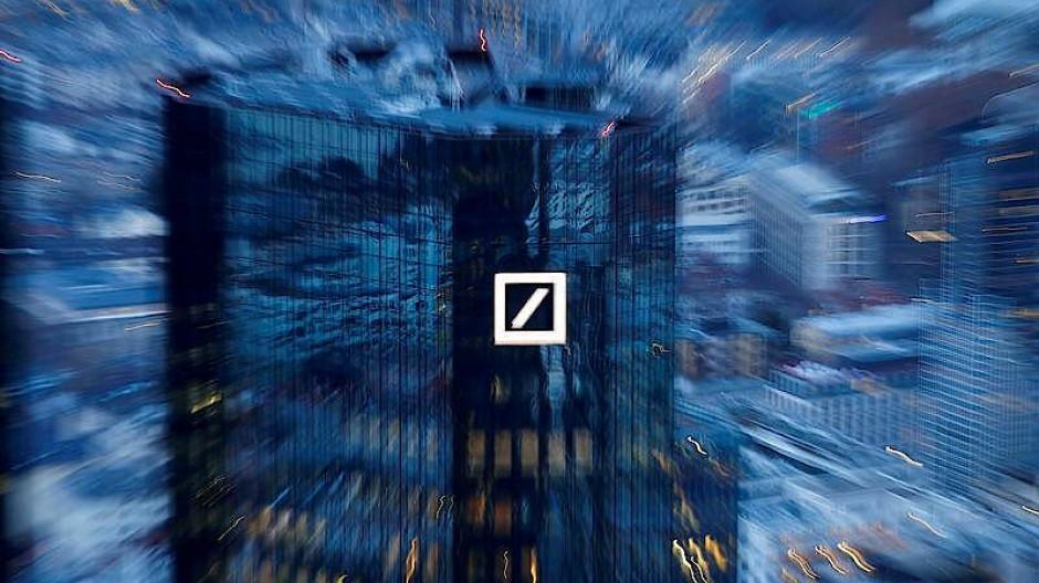 Die Deutsche Bank muss ungewöhnlich hohe Aufschläge bei Risikoprämien für Euro-Schuldverschreibungen zahlen.