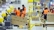 In den Logistikzentren der Online-Versandhäuser herrscht bis kurz vor Heiligabend Hochbetrieb - die Geschenke sollen  pünktlich ankommen.