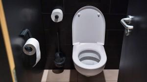 Auf der Toilette greift die Unfallversicherung nicht