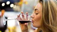 Fast die Hälfte der deutschen Weintrinker bevorzugen Rotwein.
