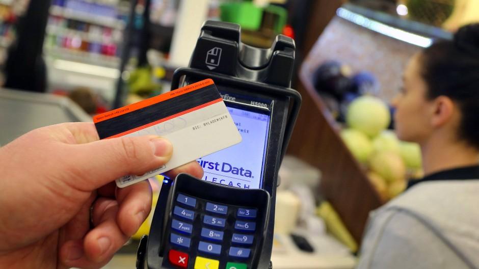 Bezahlterminal an einer Supermarktkasse