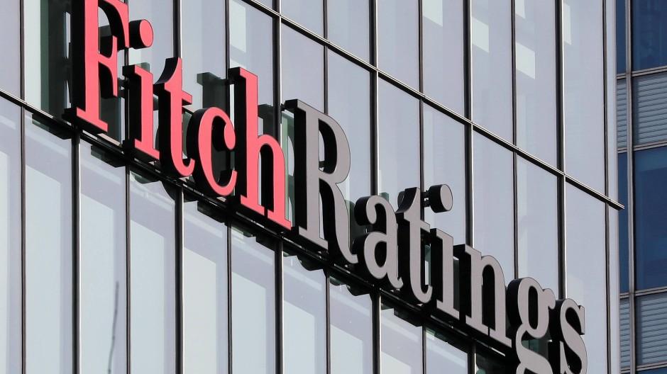 Gerichtsurteil mit Folgen: Weil Banken wohl Gebühren zurückzahlen müssen, ist auch die Ratingagentur Fitch aufmerksam geworden. Die soll die Kreditwürdigkeit von Unternehmen und Institutionen überwachen.