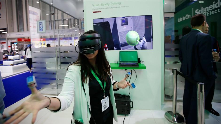 Eine Frau testet ein VR-Display von Schneider Electric.
