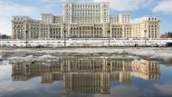 Parlament in Bukarest: Wie steht es um Rumäniens Schulden?