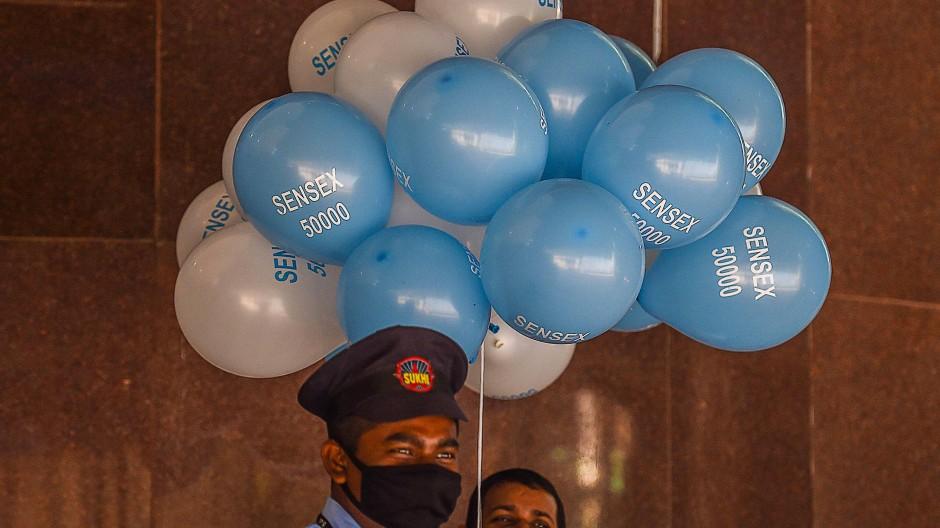 50.000 Punkte: Mitarbeiter der Börse Mumbai feiern den Sensex-Rekord mit Luftballons.