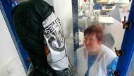Aus besseren Zeiten: Eine Mitarbeiterin der Sympatex-Tochter Ploucquet überwacht im Labor den Wasserdichtigkeitstest für eine Jacke aus Sympatex.