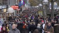 Zur Weihnachtszeit sind die Einkaufsstraßen rappel voll.