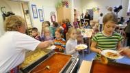 Zu viel Fleisch und zu wenig Gemüse in Schulkantinen