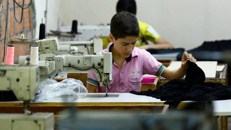 Ein Junge arbeitet in einem türkischen Textilbetrieb, Foto aus dem Jahr 2016.