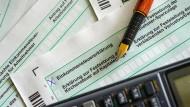 Ob elektronisch oder auf Papier: Mit den richtigen Tricks lässt sich durch die Steuererklärung viel Geld sparen.