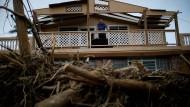 Ein Mann begutachtet die Schäden an seinem Haus in Toa Baja auf Puerto Rico.