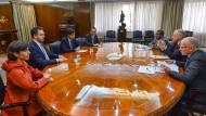 Ratlose Gesichter: (L-R) die argentinische Zentralbankführung Veronica Rappoport und Guido Sandleris; Finanzminister  Hernan Lacunza; Wirtschaftsstaatssekretär Sebastian Katz mit einer Delegation des Internationalen Währungsfonds am 28. August in Buenos Aires.