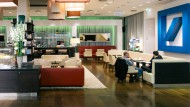 Kaffee trinken in der Lounge-Ecke: Q 110, die Berliner Vorzeigefiliale der Deutschen Bank.