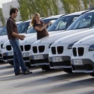 Trotz gähnender Leere auf dem Konto kaufen Verbraucher ein neues Auto - der Ratenkredit macht es möglich.