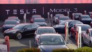 Erste Wagen des ersten günstigeren Tesla-Fahrzeugs Model 3 stehen in Fremont, Kalifornien zur Übergabe an ihre Besitzer bereit.