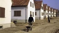 Früher begehrt, heute verlassen: Abseits der Ballungsgebiete gehen viele Wohnsiedlungen die Bewohner aus.