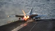 Ein amerikanisches Kampfflugzeug startet auf einem Flugzeugträger.