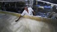 Süßer Rohstoff: Arbeiter in einer indischen Zuckerfabrik