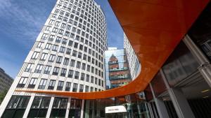 Warum die Zinsen weiter sinken und die Kontogebühren steigen