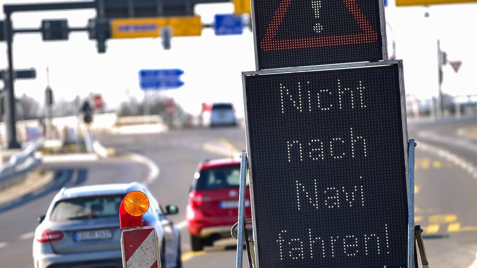 Autobahn-Schild warnt vor Navi-Empfehlung