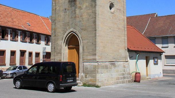Ein Dorf demonstriert für laute Kirchenglocken