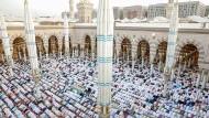 Auch die große zahl muslimischer Pilger (hier in Medina) ist für Saudi-Arabien eine gute Einnahmequelle. Doch auch das reicht nicht aus.