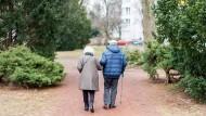 Älteres Paar in Berlin: Nach der Rentenerhöhung sind mehr Rentner steuerpflichtig geworden.