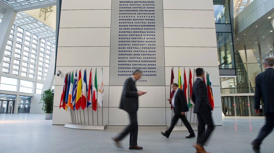 Mitarbeiter im Foyer der Europäischen Zentralbank in Frankfurt