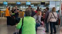 Viele Passagiere von Tuifly müssen sich wegen gestrichener Flüge gedulden.