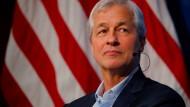 Amerikas Spitzenbanker Jamie Dimon verdient etwa siebenmal so viel Deutsche-Bank-Chef John Cryan.