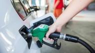 Im April kostete ein Liter Diesel im Schnitt 1,214 Euro und damit 3,1 Cent mehr als im März, für einen Liter Super E10 mussten Verbraucher sogar 1,371 Euro und damit 4,7 Cent mehr zahlen.