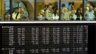 Keine Berührungsängste: Eine Besuchergruppe beobachtet das Geschehen auf dem Frankfurter Börsenparkett