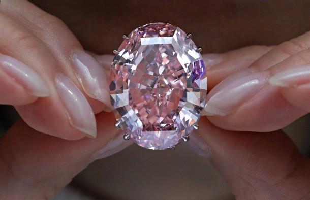 bild zu hongkong sotheby s versteigert teuersten diamant. Black Bedroom Furniture Sets. Home Design Ideas
