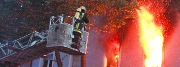 Schäden, die bei einem Wohnungsbrand entstehen, muss die Versicherung des Vermieters übernehmen.
