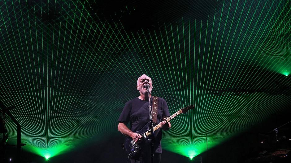 Auf der hellen Seite der Bühne: David Gilmour spielt eine Fender Stratocaster in London.