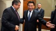 Wirtschaftsminister Gabriel in China - das Lächeln täuscht.
