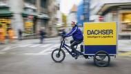Mit dem Elektro-Lkw in die Stadt, und dann mit dem Rad weiter – so stellt sich Bernhard Simon die Mobilität der Zukunft vor und schickt bereits Test-Radler durch Innenstädte.