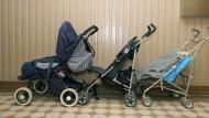 Kinderwägen dürfen Eltern im Treppenhaus abstellen, wenn es unzumutbar ist, ihn mehrere Stockwerke in die Wohnung zu tragen, und Fluchtwege nicht blockiert werden.