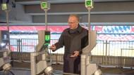 Kontaktlos ins Fuballstadion: Der FC-Bayer-Vorstandschef Karl-Heinz-Rummenigge geht mit seinem iPhone voran.