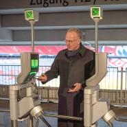 Kontaktlos ins Fußballstadion: Der FC-Bayer-Vorstandschef Karl-Heinz-Rummenigge geht mit seinem iPhone voran.