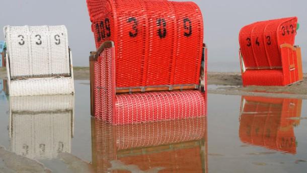 Strandkörbe in Regenpfützen