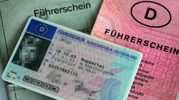 Autofahrer müssen Führerscheine früher umtauschen als geplant