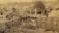 Als Öl noch wirklich in Fässer abgefüllt wurde: Produktion in Pennsylvania um 1880.