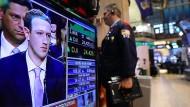 Ernste Miene bei Mark Zuckerberg: Der Gründer von Facebook und die Aktionäre des Konzerns mussten zuletzt viel einstecken.