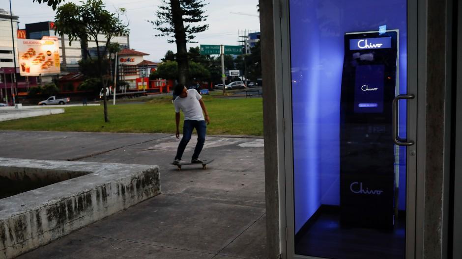 """Ein """"Chivo""""-Geldautomat für Bitcoin in El Salvador."""