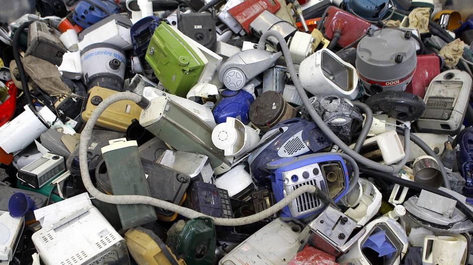 Ausrangierte Elektrogeräte liegen in einem Zentrum für Elektroschrott auf einem Haufen.