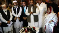 Verärgerte Fluggäste buhen pakistanische Politiker aus